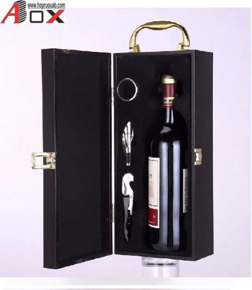 bên trong hộp gỗ sơn mài đựng 1 chai rượu vang